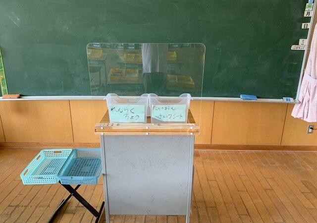 教師用飛沫ガードアクリル板(杉材)をつくりました